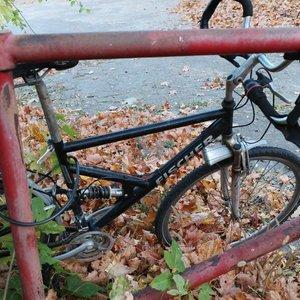 Vilniuje dviračiu taku skriejęs dviratininkas atsitrenkė į tvorą ir prarado sąmonę