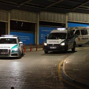 Sujudimas Vilniaus oro uoste: pareigūnai iš Lietuvos lydi čia atskridusius užsieniečius