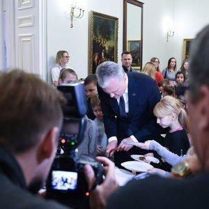 Pamatykite: prezidentūra įžiebė eglutę, o vaikai ragavo ir Nausėdų pyragus