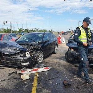 """Avarija sostinėje – """"Peugeot"""" rėžėsi į 3 automobilius, susiformavo spūstys"""
