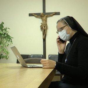 Žmonės masiškai traukia į mišias, bet kunigai siūlo alternatyvias išpažintis