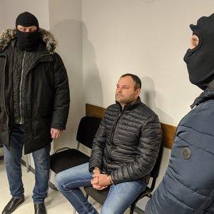 Kyšininkavimu įtariamas advokatas siunčiamas į areštinę dviem mėnesiams: jo svainis patrulis taip pat suimtas