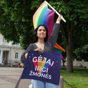 LGBT bendruomenė piketuoja po Nausėdos langais: prezidente, nebijokite vaivorykštės