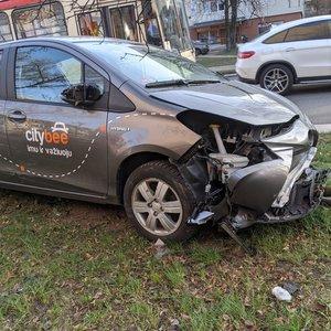 Avarija sostinėje: po smūgio automobilis atsidūrė ant šaligatvio
