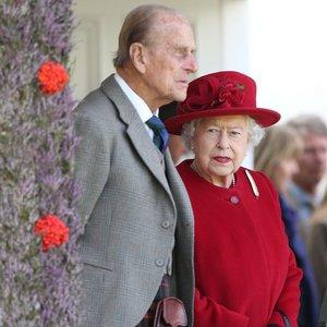 Karališkasis protokolas verčia pasijausti nepatogiai: karalienė liepia pranešioti jos batus