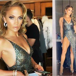 Lopez pasipuošė drąsia suknele: bet kurią akimirką galėjo parodyti per daug