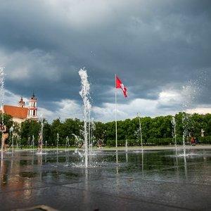 Prie liūčių teks priprasti: artimiausiomis dienomis vėsintis galėsime lietuje