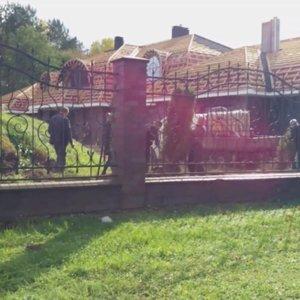 """TV3 žinios gavo vaizdo įrašą, kaip iš """"Vijūnėlės"""" dvaro tujos keliauja pas Druskininkų merą"""