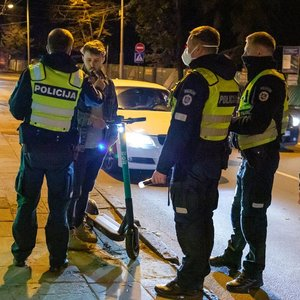 Naktį Vilniaus gatvėse siautėja girti paspirtukų vairuotojai