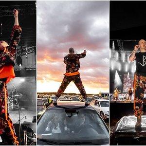 Įspūdingas Bareikio pasirodymas: šokiai ant automobilių stogų ir fejerverkai