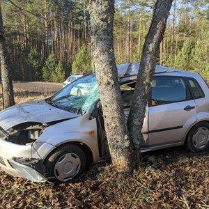Avarija šalia Vilniaus: automobilis trenkėsi į medį, vairuotoja ligoninėje