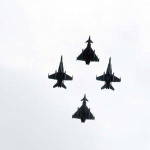 Mindaugo karūnavimo dienos minėjime –  įspūdingi NATO naikintuvų skrydžiai