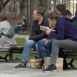 Miestiečiai pietauja ant suoliukų: verslininkai nesupranta, kodėl negali dirbti lauke
