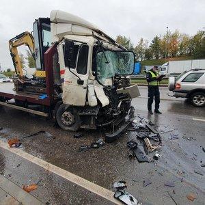 Vilniuje vilkikas rėžėsi į sunkvežimį: prispaustą vairuotoją išvežė medikai