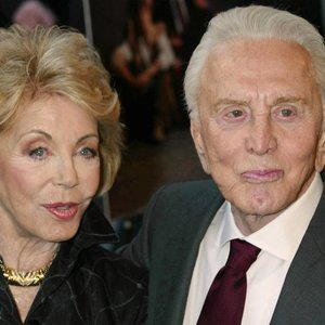 Mirė Holivudo legendos Douglaso žmona: moteriai buvo 102-eji