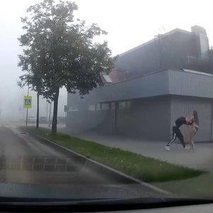 Rytinio Kauno fone užfiksuotas neįprastas vaizdas –gatvėje beveik nuoga mergina mušė vaikiną
