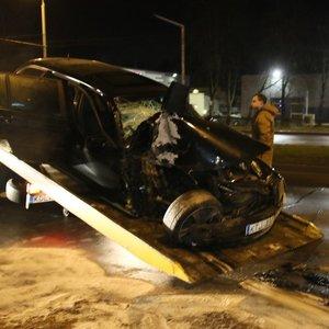 Sostinėje BMW rėžėsi į troleibusą: automobilio keleivė – ligoninėje