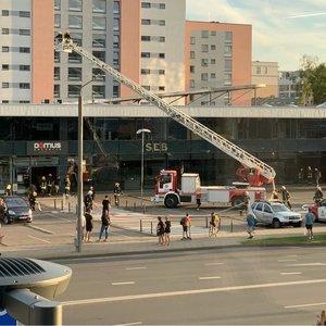 """Vilniuje sulėkė gausios gelbėjimo pajėgos: pranešta apie uždūmintas """"Domus galerija"""" patalpas"""