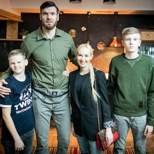 Lavrinovičių šeima pasirodė viešumoje: vaikai – tėvų kopijos