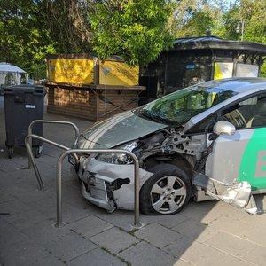 Sostinėje pavežėjas trenkėsi į du automobilius, važiavo prieš eismą