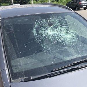 Karščiai susuko galvas: Kaune dužo vitrinos ir  automobiliai