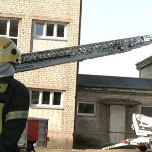 Klaipėdoje užsidegė mokykla: vaikai evakuoti, bet kai kurie verkė