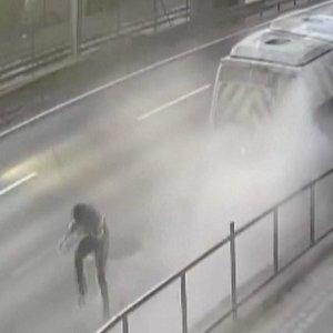 Šiurpą keliančios akimirkos: vyras per plauką išsisuka nuo automobilio smūgio