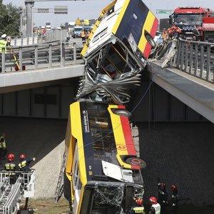 Varšuvoje nuo viaduko nuvažiavo autobusas: žuvo mažiausiai vienas keleivis