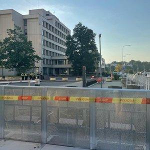 Šeimų sąjūdžio mitingas baigėsi: prie Seimo liko tik tvoros ir nepagarbūs užrašai parlamentarams