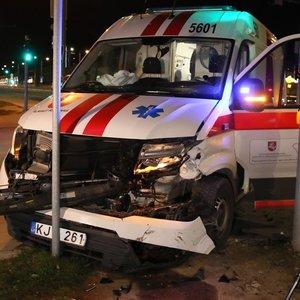 """Nelaimė sostinėje – susidūrė greitosios pagalbos automobilis ir """"Mercedes-Benz"""""""