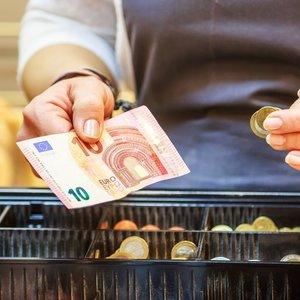 Darbas tas pats, o atlyginimai skiriasi kone du kartus: prekybos tinklo pardavėjai diskriminuojami?