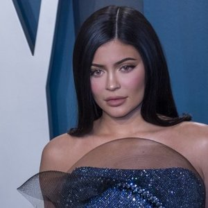 Kylie Jenner nusprendė nebevengti visuomenės: pirmą kartą pasirodė viešumoje ir pademonstravo suapvalėjusį pilvuką