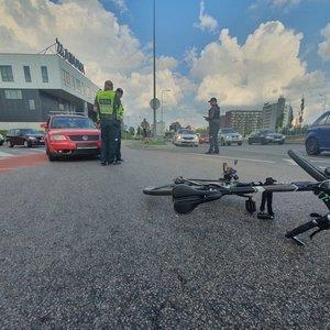 "Vilniuje dviratininkas rėžėsi į ""Volkswagen"" automobilį"