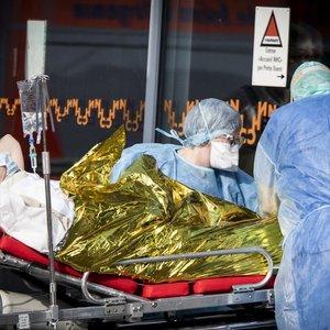 Šiurpi realybė: nuo koronaviruso mirė beveik 13 tūkst. žmonių, Italija griebiasi papildomų priemonių