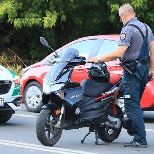 Vilniuje į avariją pakliuvo mergina su motoroleriu