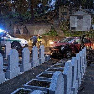 Avarija Vilniuje: Sukilėlių gatvėje automobilis įlėkė į kapines, išvertė antkapius