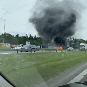 Greitkelyje netoli Vilniaus – didžiulis dūmų debesis: užsiliepsnojęs BMW sudegė visiškai
