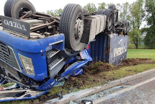 Prie Kauno apvirto vilkikas, vairuotojas skubiai išvežtas į ligoninę (nuotr. TV3)