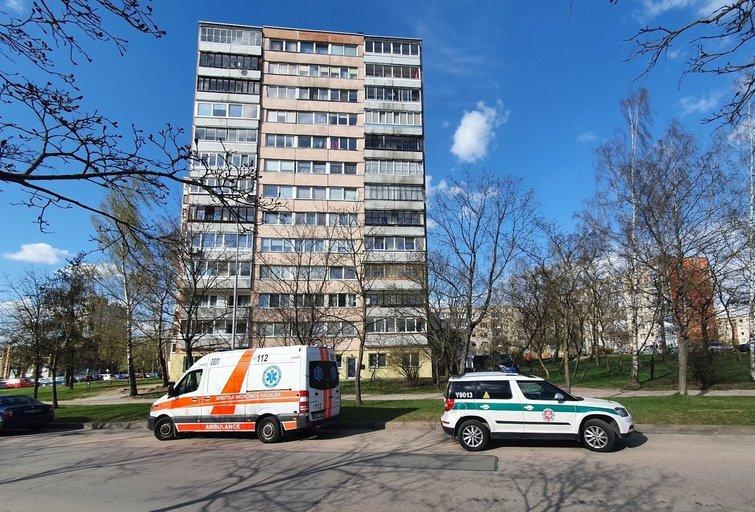 Siaubinga nelaimė Vilniuje: iš daugiabučio iškrito ir užsimušė 11-metis (nuotr. Broniaus Jablonsko)