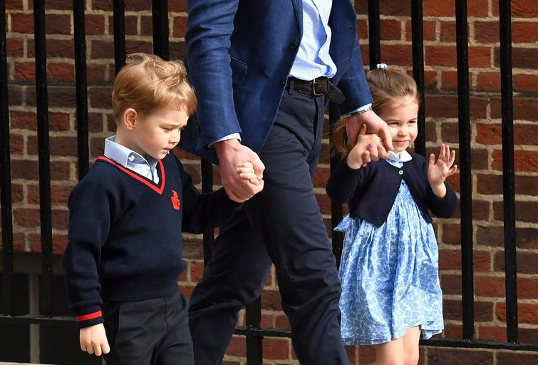 Princas Geroge ir princesė Charlotte aplankė savo naujagimį broliuką (nuotr. SCANPIX)