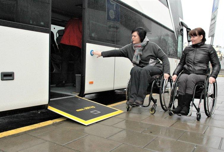 Miestuose transporto priemonės pritaikytos neįgaliems žmonėms, bet stinga bendro elektroninio bilieto. Linos Jakubauskienės nuotr.