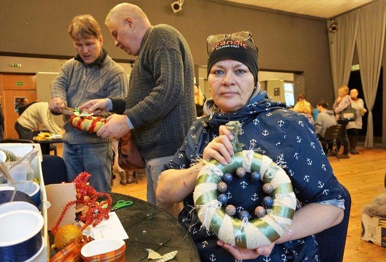 Tatjana Levgerova kalėdinį vainiką puošė pirmą kartą gyvenime. Aldonos Milieškienės nuotr.