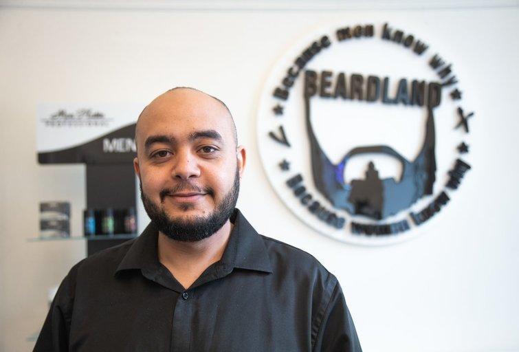 """""""Beardland"""" vyrų kirpyklos įkūrėjas Ahmed Daker (nuotr. fotodiena/Justino Auškelio)"""