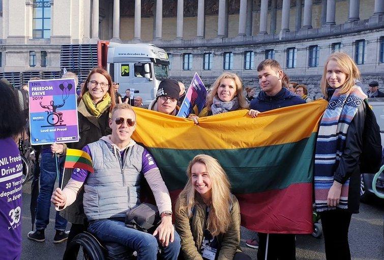 """Lietuvos atstovai """"Freedom Drive"""" protesto eitynėse dalyvavo ketvirtą kartą. Priekyje – delegacijos vadovė Lina Garbenčiūtė. Lietuvos negalios organizacijų forumo archyvo nuotr."""