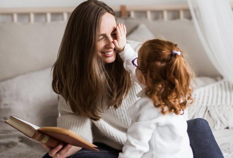 Gintautė Sinkevičienė savo girdinčią dukrą ir sutrikusios klausos sūnų nuo pat gimimo mokė gestų kalbos. Asmeninio archyvo nuotr.