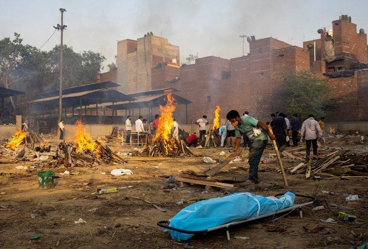 COVID-19 košmaras Indijoje: mirusieji kremuojami masinėse laužavietėse (nuotr. SCANPIX)