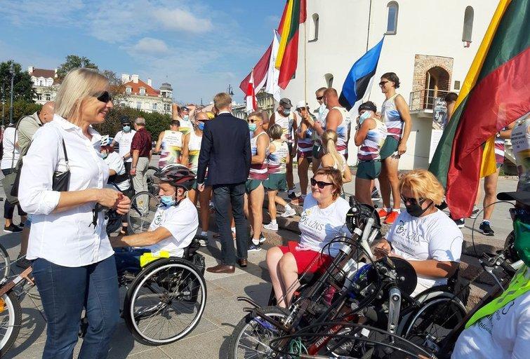 Komandą į Baltijos kelią išlydėjo Neįgaliųjų reikalų departamento direktorė Eglė Čaplikienė.Aldonos Milieškienės nuotr.