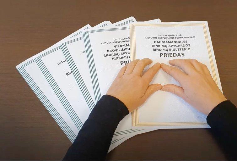 Brailio raštu VRK išleido informacinį leidinį su partijų programomis, rinkimuose dalyvaujančių kandidatų sąrašais. Asmeninio archyvo nuotr.