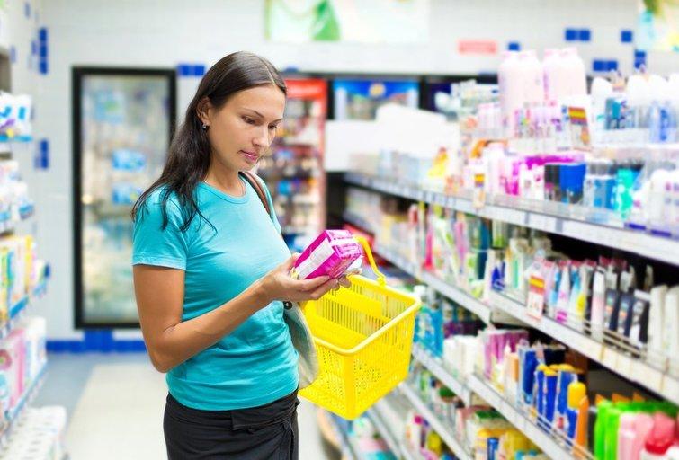 Moteris perka higienos prekes (nuotr. Shutterstock.com)