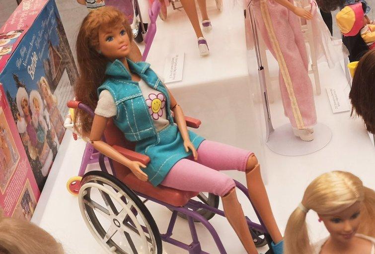 Kaune surengtoje parodoje pristatytos dvi neįgaliojo vežimėlyje sėdinčios barbės. Aušros Degutytės nuotr.
